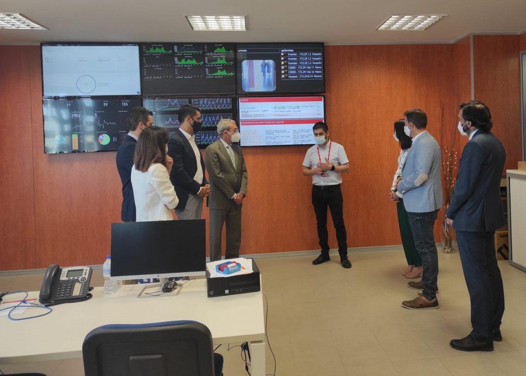 El consejero de Economía visita InnovaSur para conocer su avanzado Centro de Operaciones de Seguridad que ha reforzado la protección de administraciones y empresas durante la pandemia