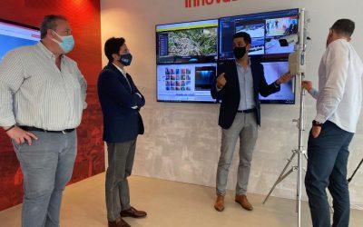 El alcalde de El Ejido visita el laboratorio Smart City de InnovaSur para conocer cómo se gestionan las soluciones y tecnologías inteligentes